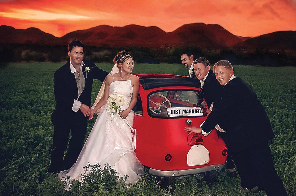 wedding photo pushing car